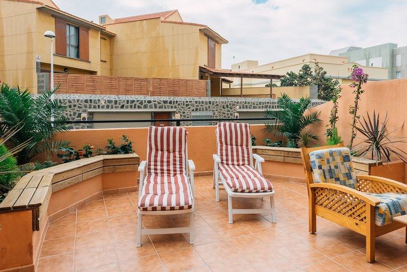 Duplex with big sunny terrace and pool, aluguéis de temporada em El Medano