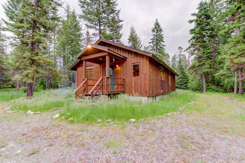 Charming cabin near Flathead Lake with wood stove and deck!, location de vacances à Creston