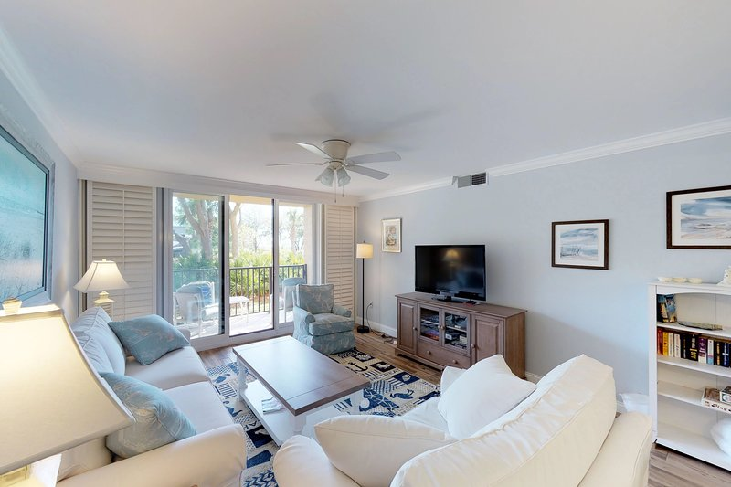 Renovated villa w/ balcony, path to beach & shared pools/hot tub/tennis!, holiday rental in Parris Island