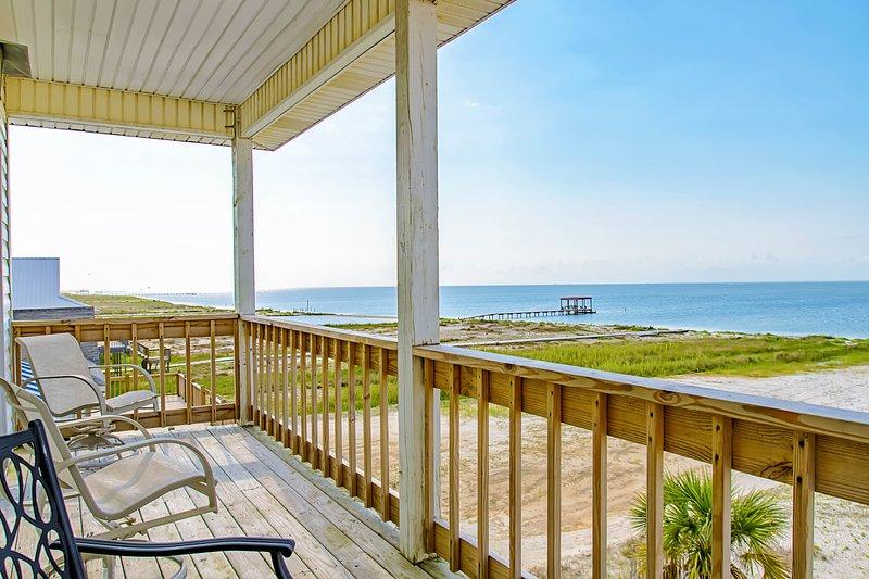 Charming beach-front home with spacious wrap-around porch, private deck, aluguéis de temporada em Grand Bay