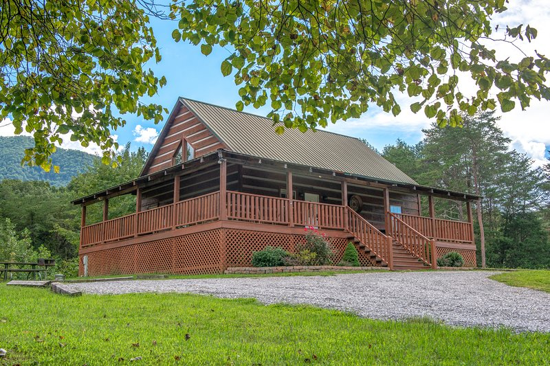 Peaceful lodge-style cabin surrounded by nature with private hot tub, vacation rental in Townsend