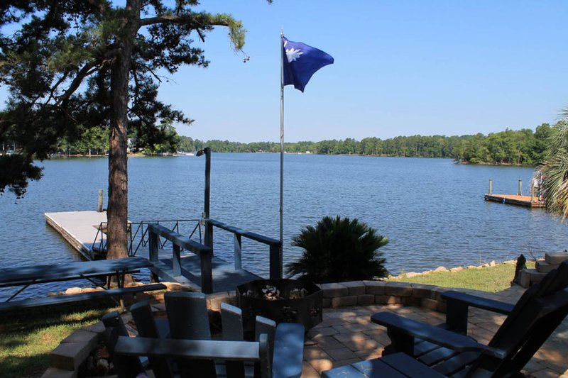 Lakefront, dog-friendly home with a dock and a wrap-around deck!, vacation rental in Prosperity