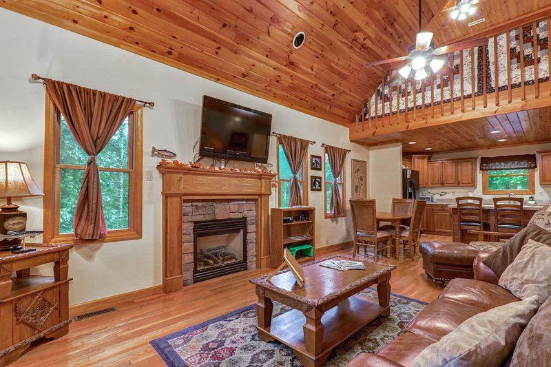 Woodsy cabin near Smokys w/private pool table - golf & fitness center, vacation rental in Townsend