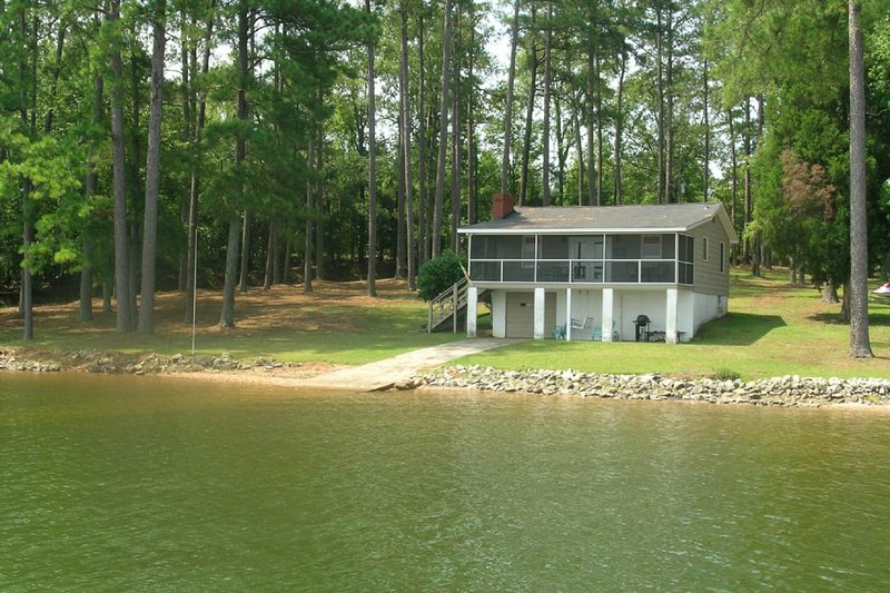 Lakefront Home on a Large Lot, w/ a Dock, Boat Ramp, & Gorgeous Views, vacation rental in Prosperity