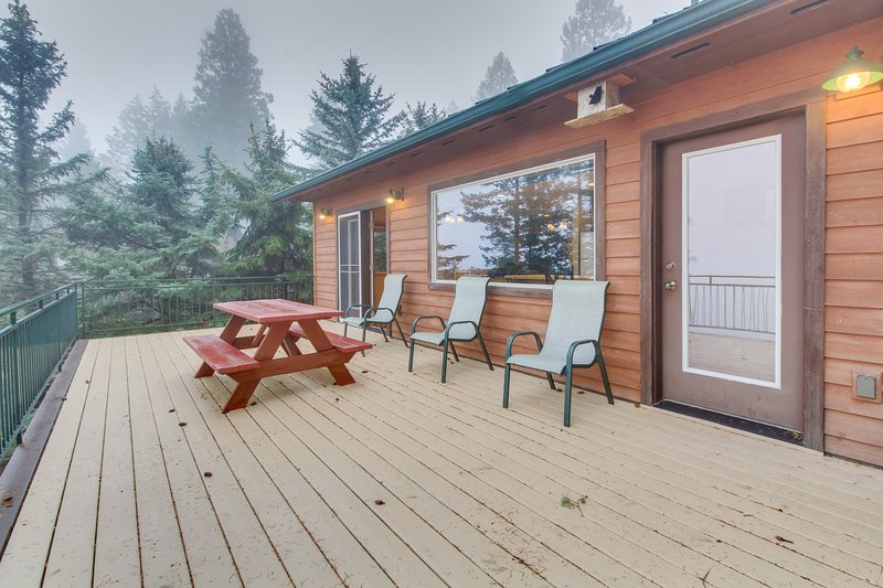 Lakefront getaway with dock, 400 square-foot deck, close to town., holiday rental in Woods Bay