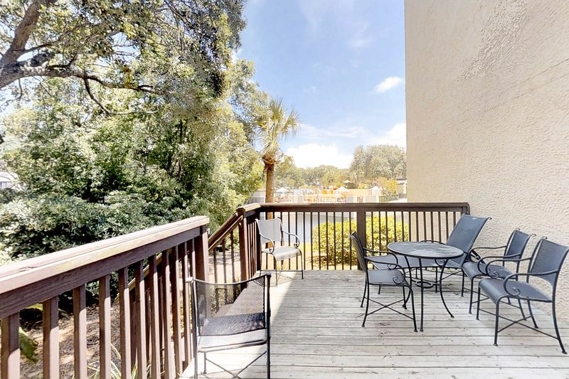 Lovely townhouse w/ lagoon view, shared pool, hot tub & more!, holiday rental in Parris Island