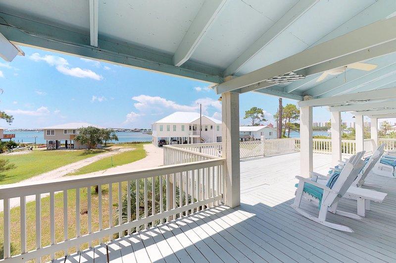 Dog-friendly home w/bay view & balcony- near Boggy Point Landing, location de vacances à Orange Beach