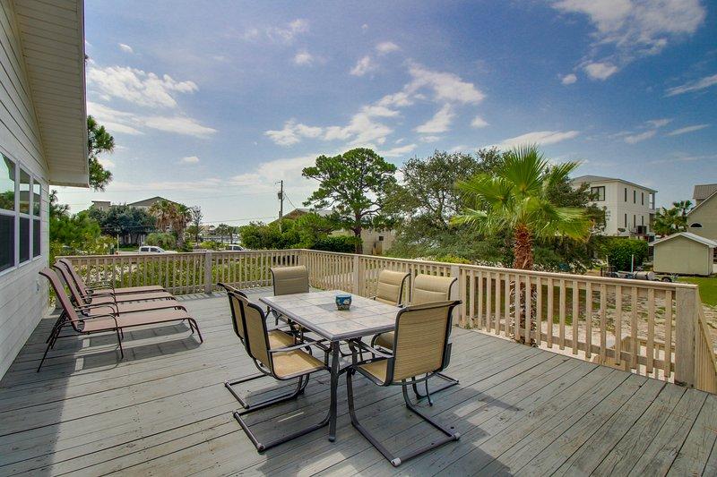 Dog-friendly bayview home w/ private dock - snowbirds welcome!, location de vacances à Orange Beach