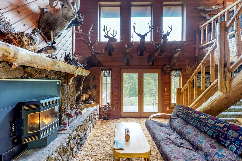 Dog-friendly lodge w/ hot tub, deck, & 11 wooded acres - drive to Flathead Lake!, location de vacances à Creston
