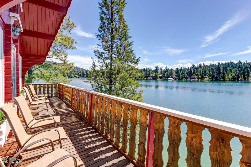 Cozy lakefront log cabin w/ lake views, a wood stove, vintage decor, & dock., aluguéis de temporada em Rollins