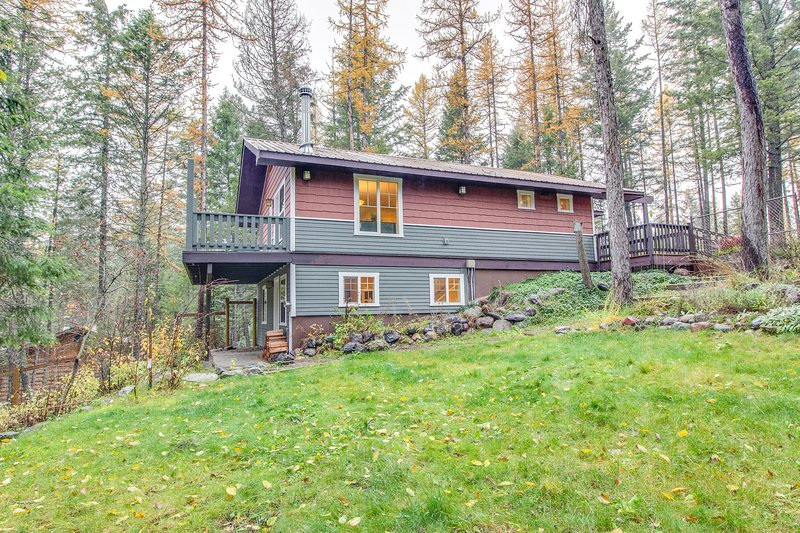 Waterfront dog-friendly home with cozy wood stove, deck, and private pond!, location de vacances à Creston