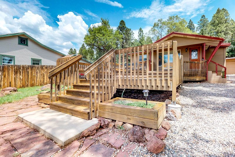 Downtown home w/ large deck, free WiFi & great views - dogs welcome!, holiday rental in Flagstaff