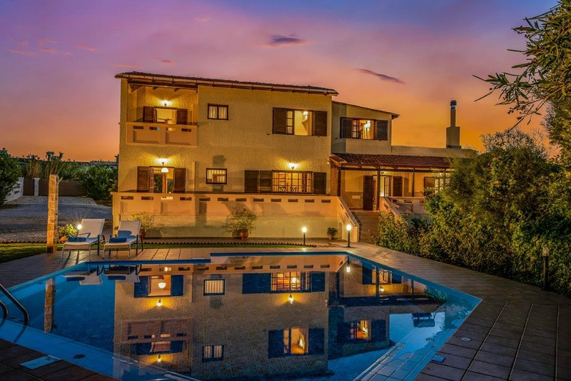 Family Villa Alexia with private pool, holiday rental in Maleme