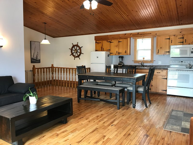 Quaint Vacation Home just minutes from Baddeck and Gaelic College, alquiler de vacaciones en North Shore