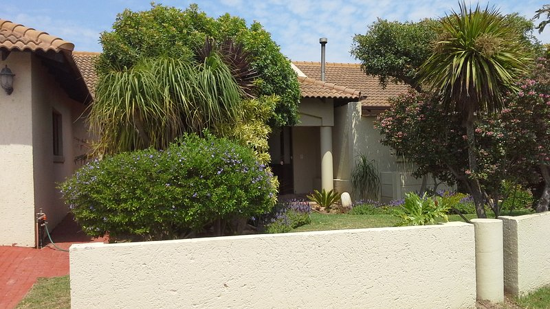 Centre location- opposite beach, near shopping Mall, close to private hospital, holiday rental in Dana Bay