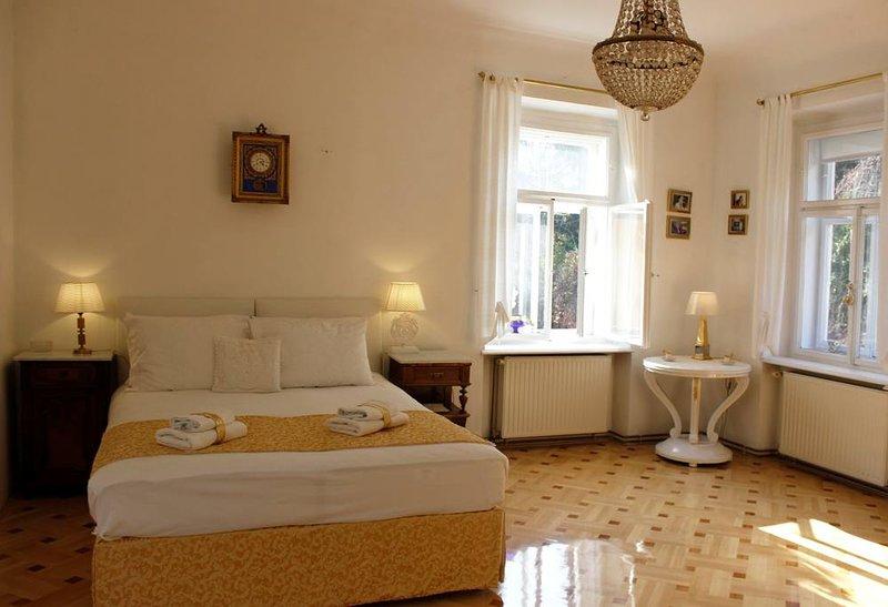 Dormitorio, encanto distintivo, características de lujo e impresionantes vistas de la Catedral y la famosa Puerta de Piedra