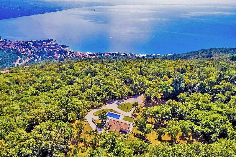 Villa Marron, private, luxury 3 bedroom rural villa, with pool and hot tub, holiday rental in Opatija