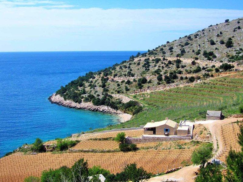 Dream Villa - Beachfront, stunning views, secluded, 2 bedroom, 1 bathroom villa, casa vacanza a Murvica