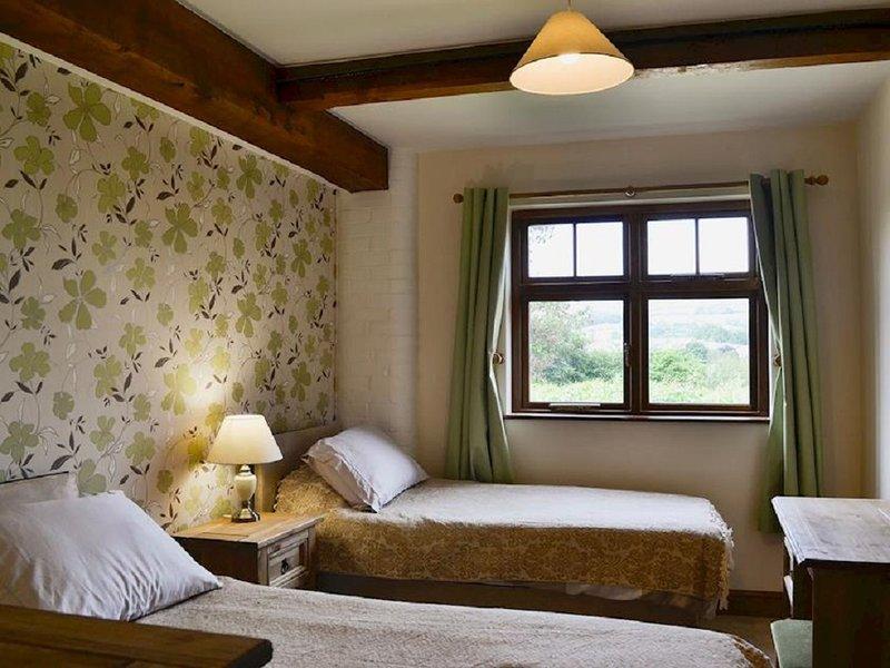 L'une des deux chambres simples jumelles, avec poutres d'origine.
