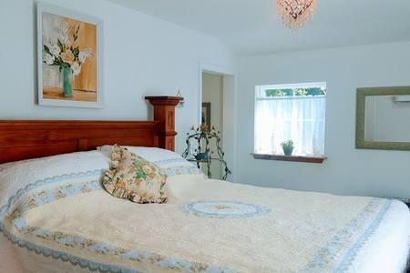 Arriba dormitorio rey se abre a su propio balcón. Esta habitación también tiene un pequeño fuego eléctrico encantador.