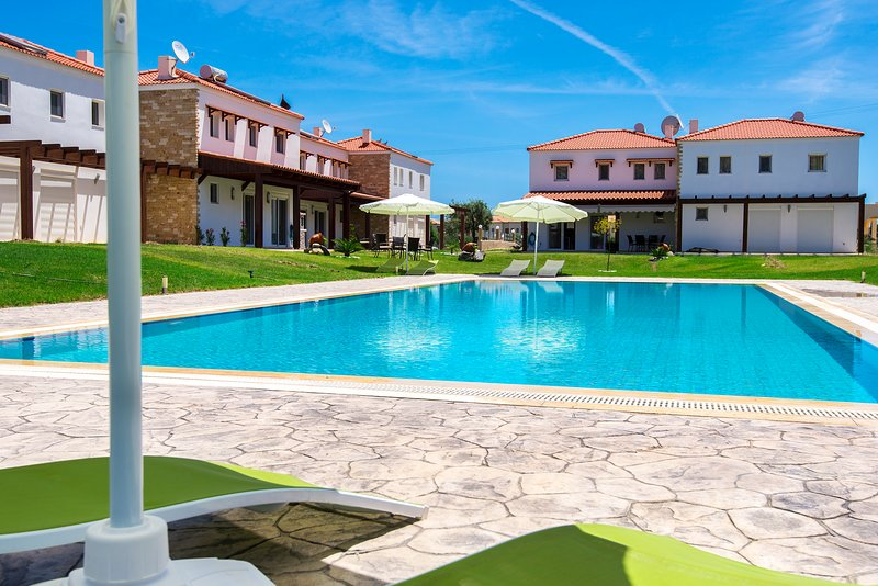 Fully equipped villa with pool near the beach, holiday rental in Kolympia