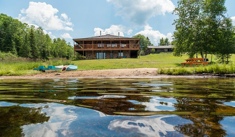 Large Luxury 3000+ sq ft Lakeside Muskoka Log Home, alquiler de vacaciones en Katrine