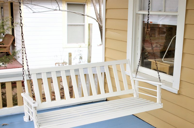 Pristine Old West Lawrence Bungalow 2+ bedrooms, Sunroom, Front Porch, Back Deck, casa vacanza a Lawrence