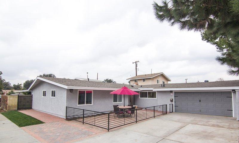 La casa delantera, el garaje para 2 autos, el estacionamiento amplio en la calzada se ajustará a 4 autos, los asientos en el patio con unbre