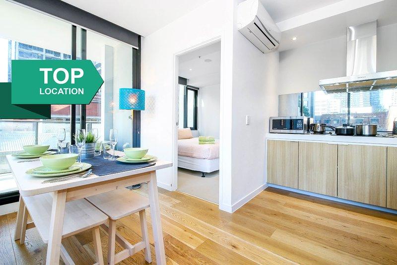 Un salon spacieux, salle à manger & amp; coin cuisine.