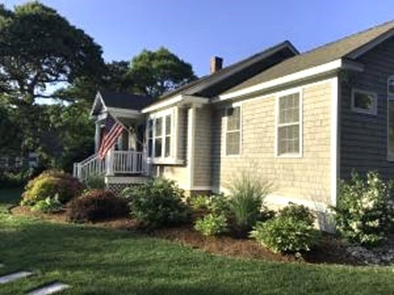 'The Avenues'! Deeded Beach Rights to saltwater! 139516, holiday rental in West Hyannisport