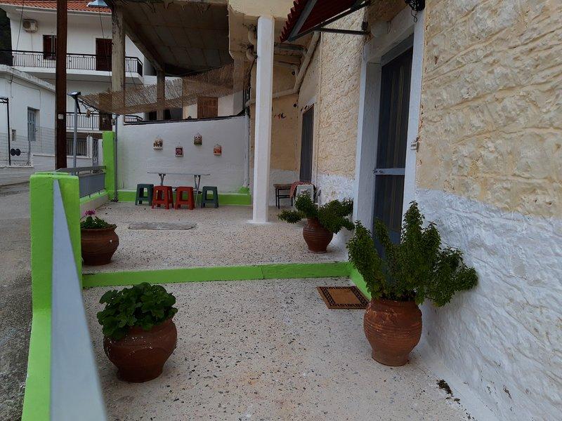 Effi's KAMARA (curved house) in Leonidio, casa vacanza a Leonidio