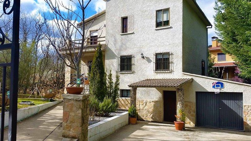 El Rincón de Gredos junto al Alberche con jardin,barbacoa y chimenea, vacation rental in Navaluenga