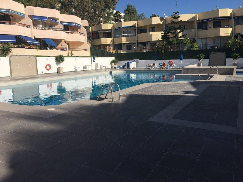 Encantadora piscina que recientemente ha sufrido una renovación total. Inc piscina grande y sep piscinas para niños