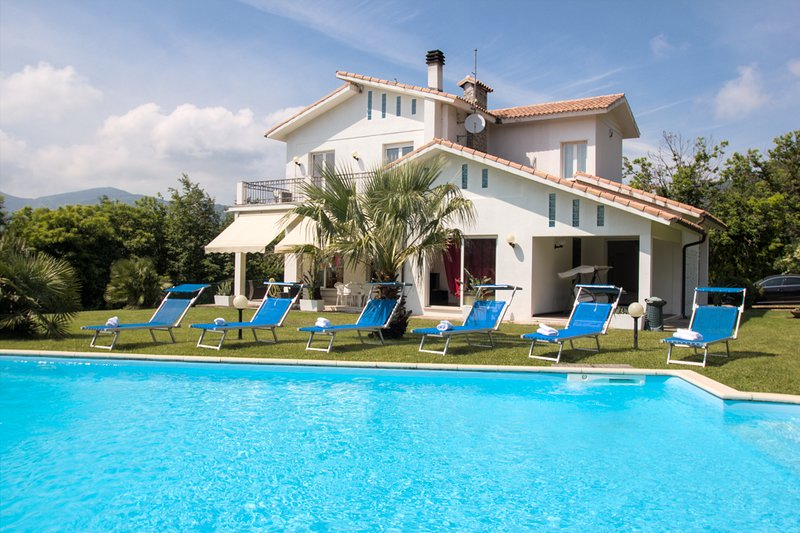 Amazing Villa with private swimming pool, casa vacanza a Vezzi Portio