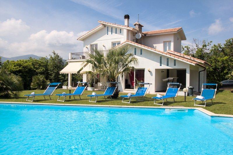 Amazing Villa with private swimming pool, aluguéis de temporada em Province of Savona