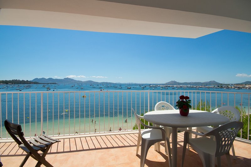 Seafront apartment, Pinewalk, free WiFi, quiet are, casa vacanza a Formentor