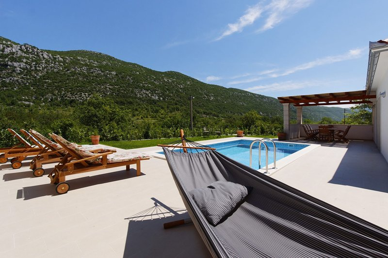 Zupa Villa Sleeps 6 with Pool Air Con and WiFi - 5739241, location de vacances à Marasi