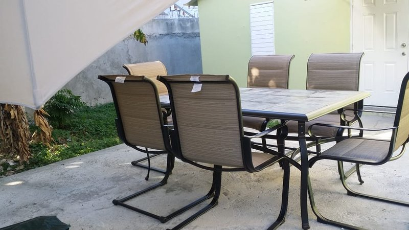 Asientos de patio trasero para 6 en la sombra
