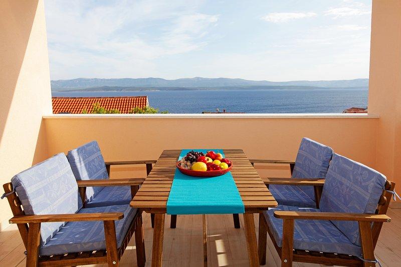 Balcón amueblado con vista al mar.