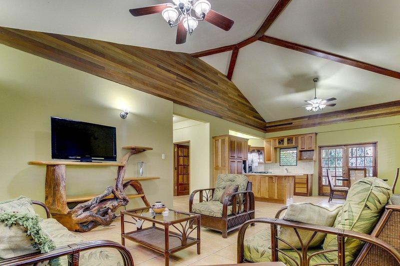 Modern home in a quiet neighborhood w/ balcony, WiFi, AC - ideal for day trips!, vacation rental in San Ignacio
