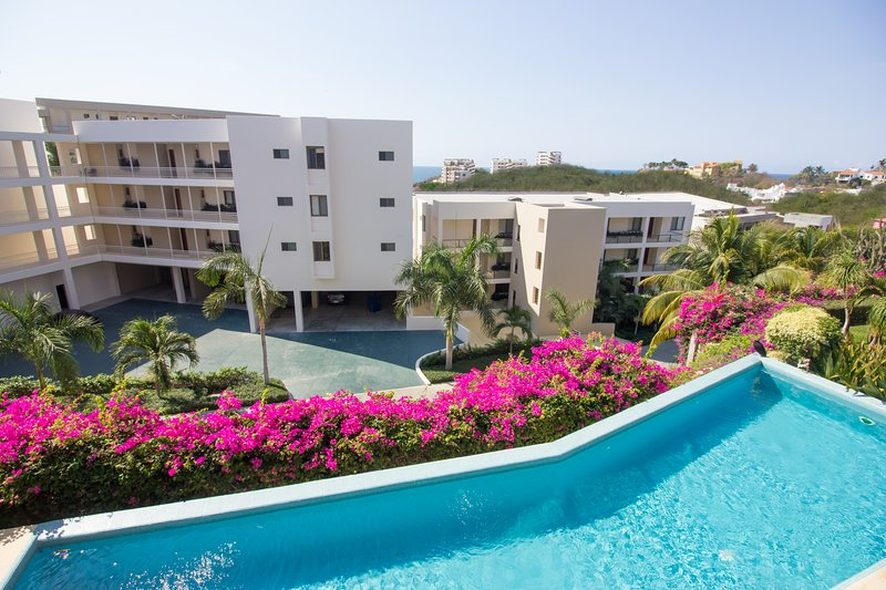 4 bedroom, direct beach access & golf cart - 73072, location de vacances à Huatulco