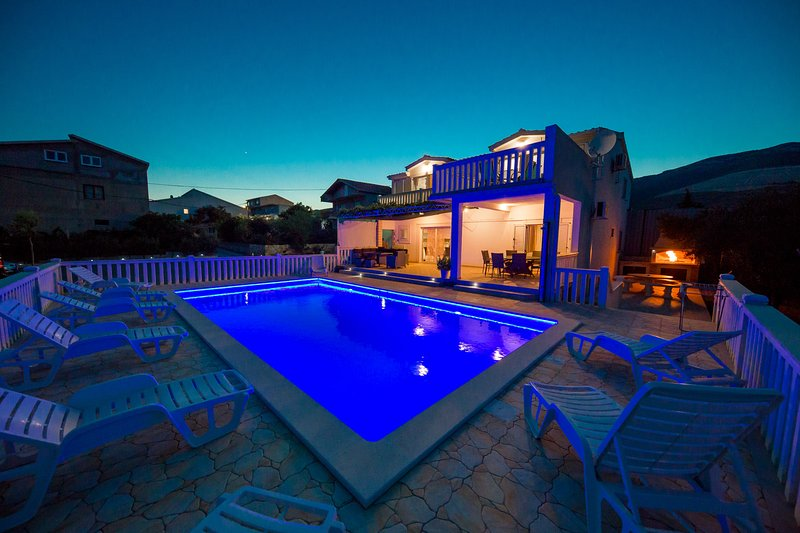 Villa Maslina w/swimming pool,tennis court,football fields and a touch of nature, holiday rental in Kastela