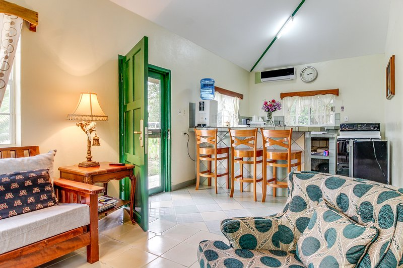 Charming home w/ central AC, WiFi, shared pool, garden & day trip opportunities!, casa vacanza a Ontario Village