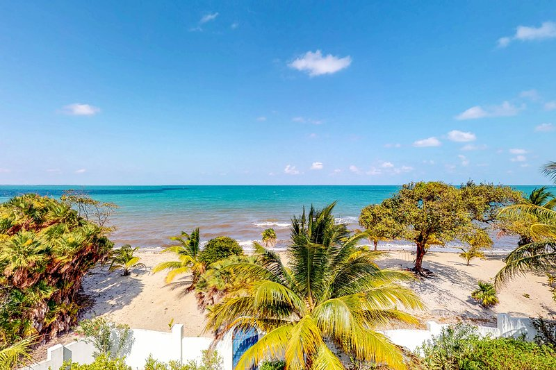 Ocean view home w/ balcony, beach access, WiFi, partial AC & outdoor dining area, vacation rental in Seine Bight Village