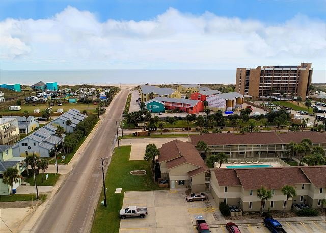 Fully remodeled condos! Large pool! Only a block to the beach!, location de vacances à Port Aransas