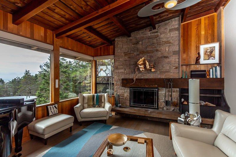 Détendez-vous au coin du feu et profitez de la vue sur l'océan dans le salon spacieux et joliment décoré.