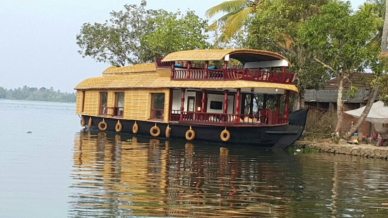'why not' traditional premium houseboat..., holiday rental in Alappuzha