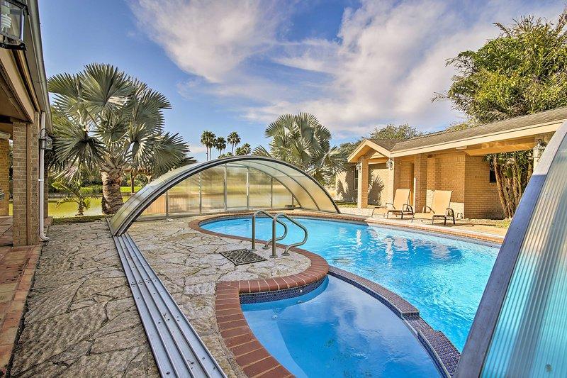 Waterfront Harlingen Home w/ Pool, Patio & Gazebo!, alquiler de vacaciones en Olmito