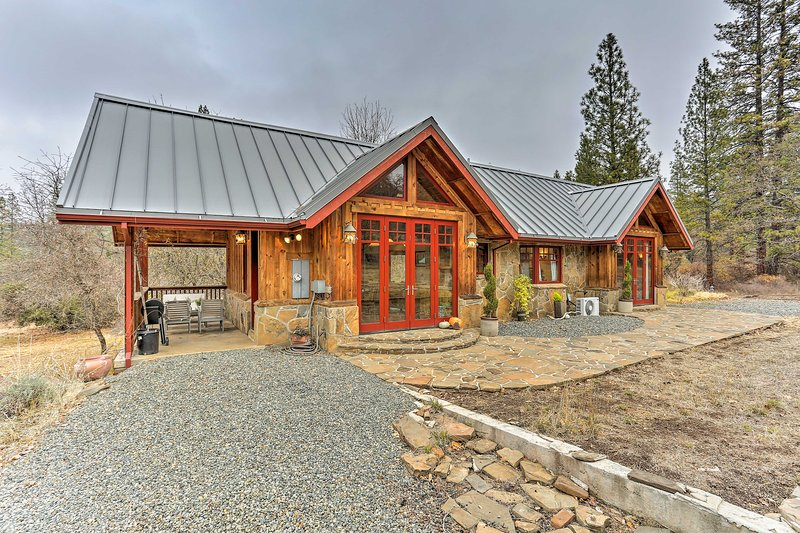 Eclectic Shasta Cascade Getaway on 15-Acre Ranch!, holiday rental in Lewiston