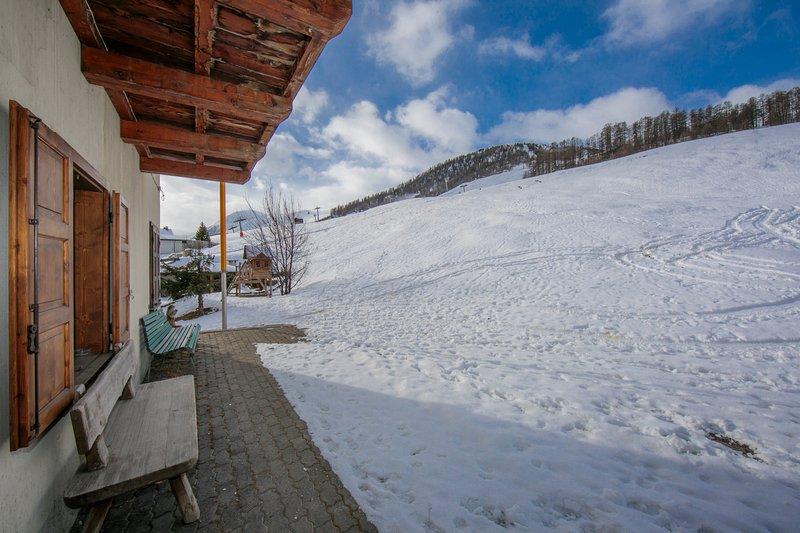 Skidor i skidor från bostaden